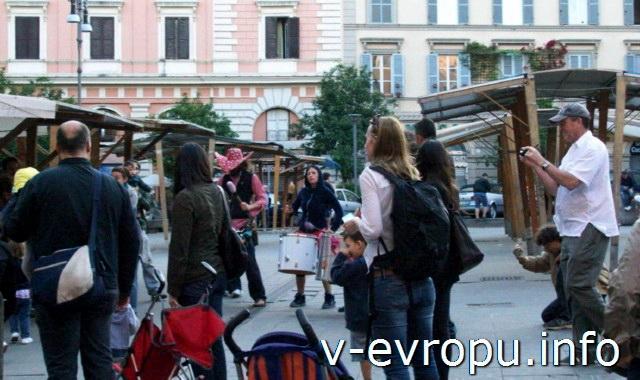 Рим. Уличные барабанщики на рыночной площади в Трастевере