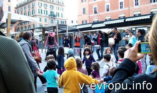 Представление уличных артистов в районе Трастевере в Риме