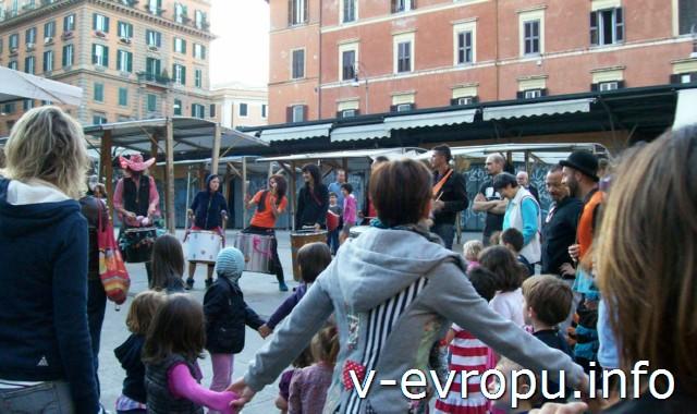 Рим. Трастевере. Представление уличных музыкантов