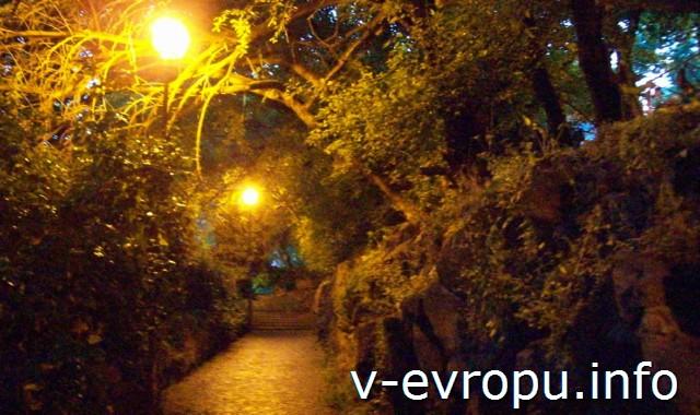 Рим. Узкие мощенные улочки на холме Яникул в районе Трастевере