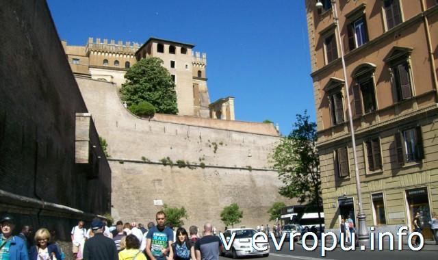 Рим. Идем вдоль Леонинской стеныко входу в Музеи Ватикана