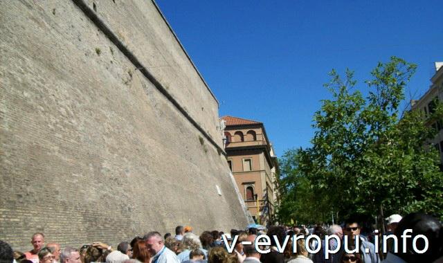Начало очереди на вход в Музеи Ватикана 13 мая 2013