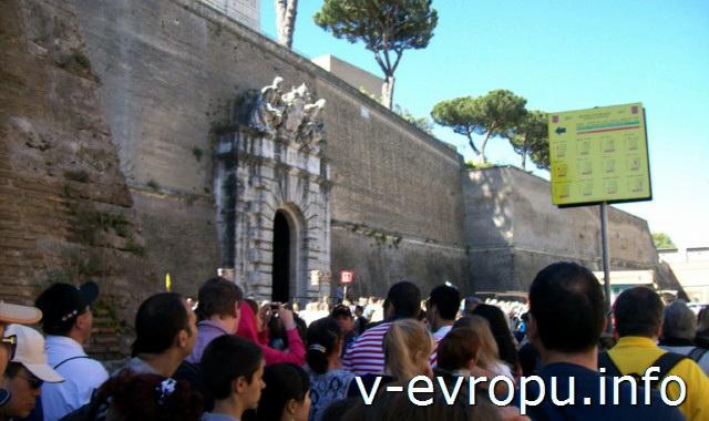 Вход в Музеи Ватикана. в 11 утра желающих попасть в музеи очень много