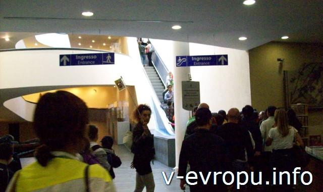 Центральное фойе Музеев Ватикана, куда попадают посетители сразу после первого контроля на входе в Музеи Ватикана
