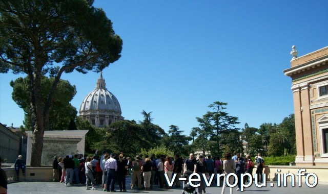 Открытая терраса в Музее Ватикана с видом на купол Собора Св Петра