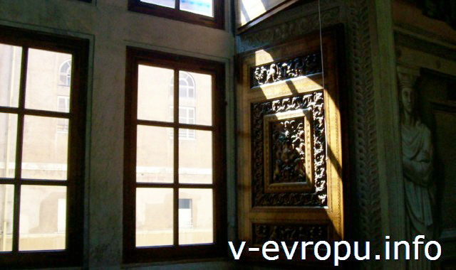 Станцы Рафаэля в Музее Ватикана. Окно в Станце д'Элиодоро. .