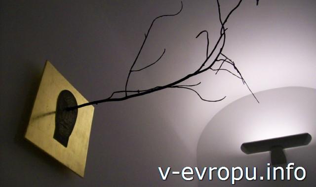 "Музеи Ватикана. Зал Матисса. Работа Миммо Паладино ""Источник"", 2011"