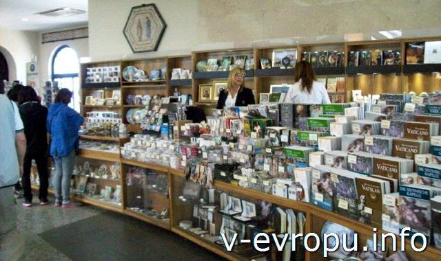 Сувенирные магазинчики в музеях Ватикана встречаются очень часто