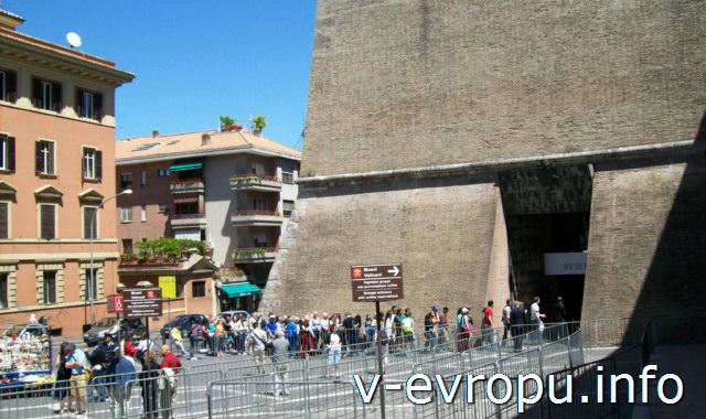 Во второй половине дня очереди на посещения музеев Ватикана небольшие (по сравнению с тем, что бывает по утрам)