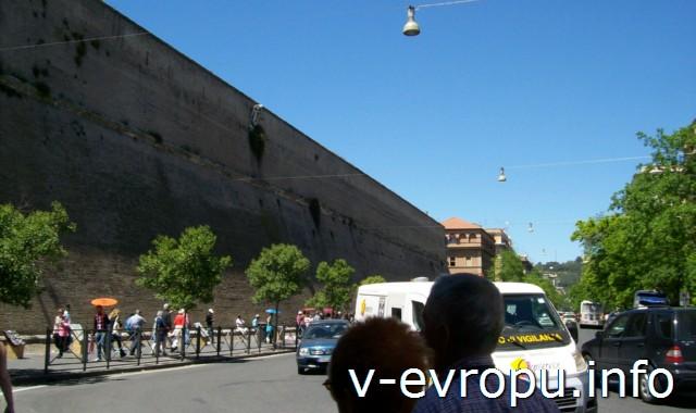 Леонинская стена - главный ориентир для входа в ватиканские музеи