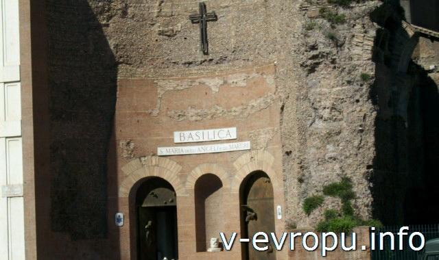 Фасад базилики Санта Мария дельи Анджели э деи МартириФасад базилики Санта Мария дельи Анджели э деи Мартири