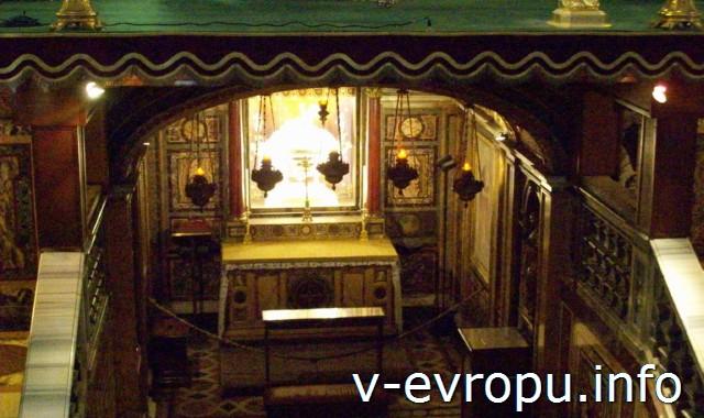 Реликварий с частицами яслей, где родился Христос в базилике Санта Мария Маджоре в Риме