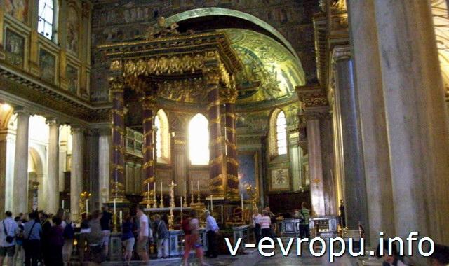 Балдахин над Папским алтарем в Санта Мария Маджоре в Риме
