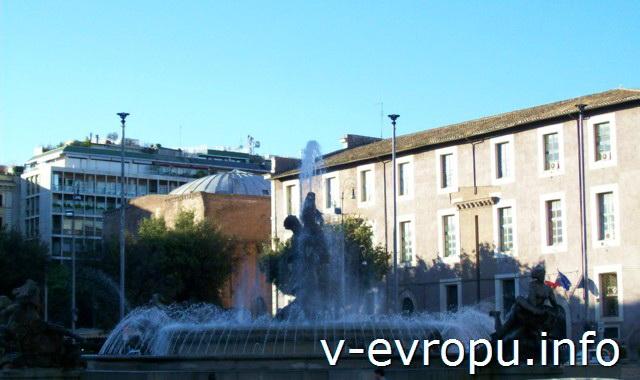 Рим. Фонтан Наяд на пьяцца Республики перед базиликой Санта Мария дельи Анджели э деи Мартири