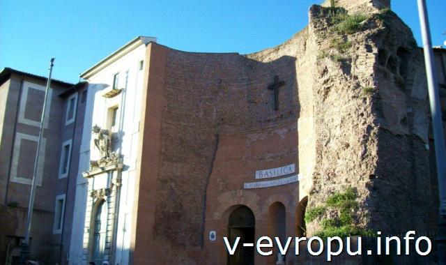Фасад Базилики Санта Мария дегли Анжели э деи Мартири на площади Республики в Риме