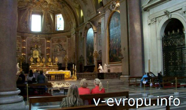 Неф базилики Санта Мария дельи Анджели э деи Мартири на площади Республики в Риме