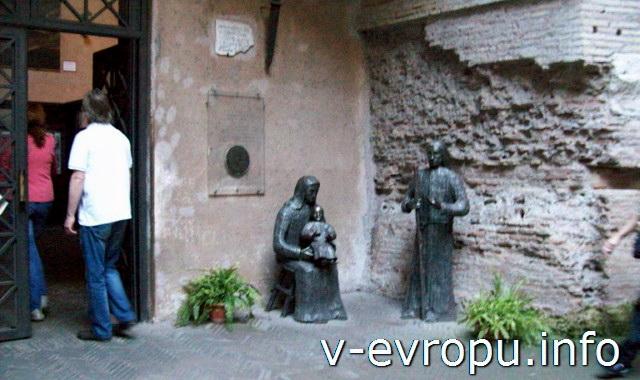 Внутренний дворик церкви Санта Мария дельи Анджели э деи Мартири на площади Республики в Риме