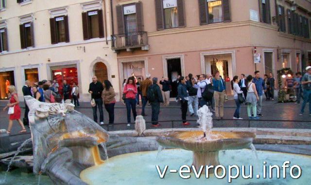 Фонтан в центре Пьяцца Спанья в  Риме ( Fontana della Barcaccia)