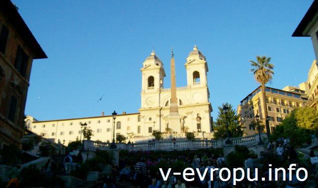 Церковь Тринита деи Монти на вершине Испанской лестницы у пьяцца Спанья в Риме