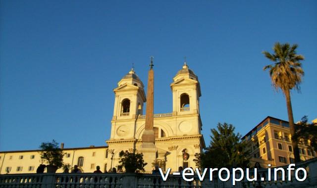 Площадь Испании в Риме. Церковь Тринита деи Монти на вершине холма Пинчо.