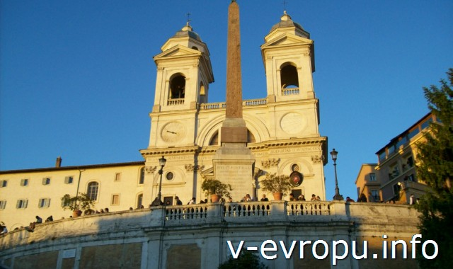 Рим. Церковь Тринита-деи-Монти на вершине Испанской Лестницы