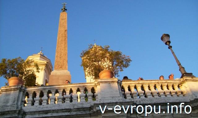 Обелиск из Садов Саллюстия в Риме, установленный перед фасадом церкви Тринити деи Монти у испанской лестницы