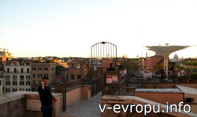 Кафе на пьяцца Тринита деи Монти (на вершине Испанской лестницы) с панорамным видом на Рим