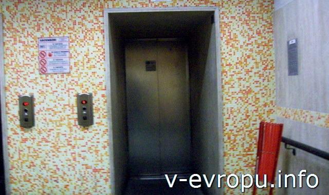 """Лифт для подъема на вершину Испанской лестницы слева от выхода из метро """"Пьяцца Спанья"""" на площадь Испании в Риме"""