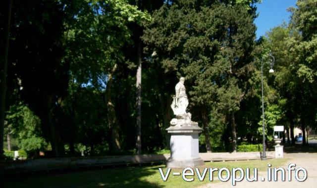 Садовая скульптура в парке виллы Боргезе в Риме