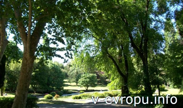 Тенистая прохлада парка виллы Боргезе в мае
