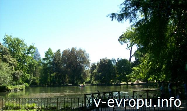 Озеро в парке Боргезе, на берегу которого стоит Храм Эскулапа