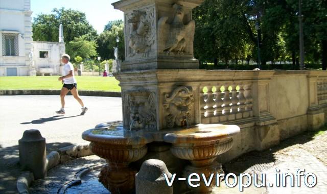Питьевой фонтанчик на Пьяццале Музей Боргезе