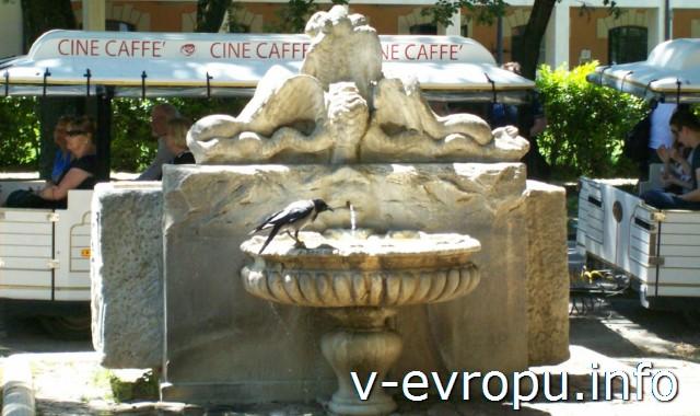 Питьевой фонтанчик в парке Боргезе. Рим