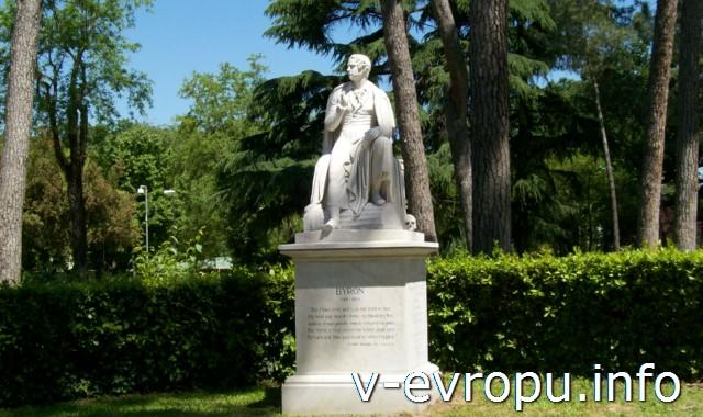 Рим. Памятник Байрону находится в самом начале улицы, ведущей к вилле | музею | галереи Боргезе