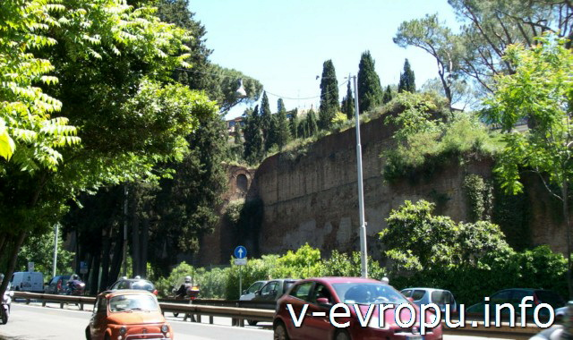 Рим. Виале дель Муро Торто доль которой нужно идти от метро до парка Боргезе