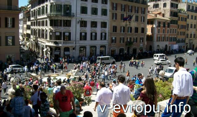 Площадь Испании в Риме и  Fontana della Barcaccia