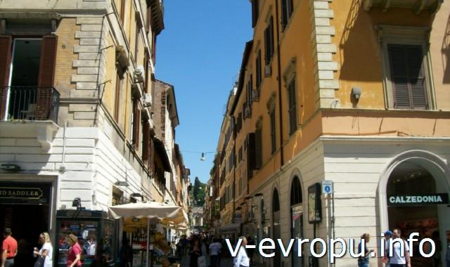 В переулках виа дель Корсо тоже много магазинов одежды