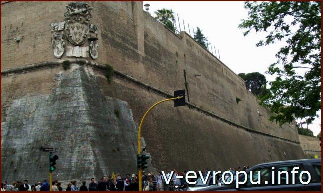 Леонинская стена с картушем, изображающим символы Ватикана.