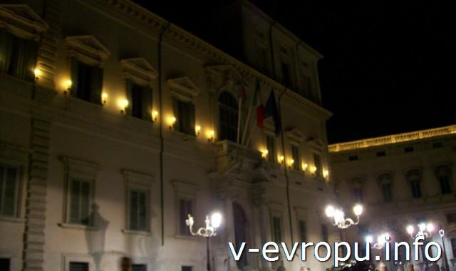 Рим. Здание на площади холма Квиринал ночью