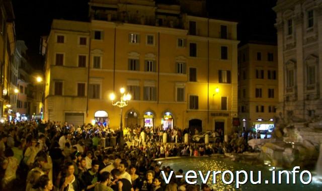 Рим. Фонтан Треви ночью