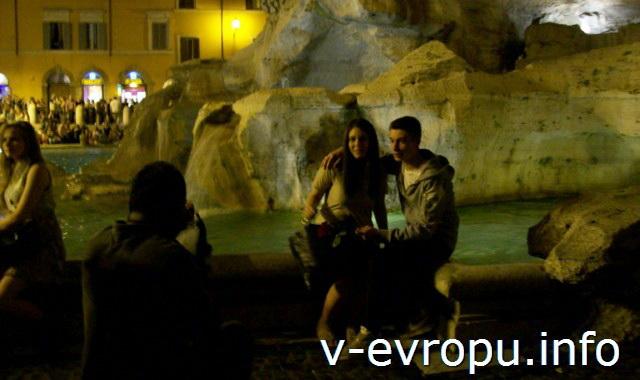 Рим. Фонтан Треви ночью - место для фотографий на память