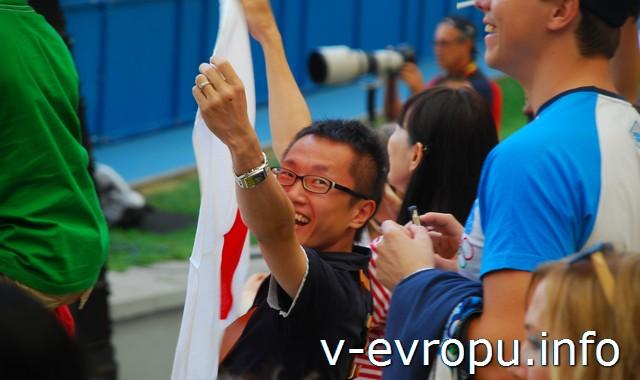 Японский турист - болельщик за свою команду в эстафете