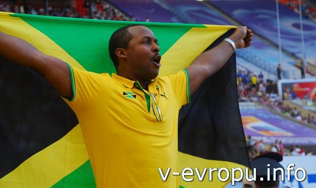 Болельщик из Ямайки приветствует победу своего чемпиона - Усейна Болта.  18 августа 2013 года. Москва