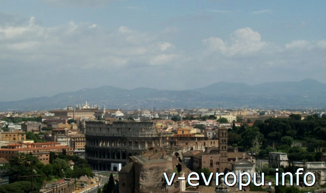 Панорамный вид на Колизей с террасы Квадриг на пьяцца Венеция