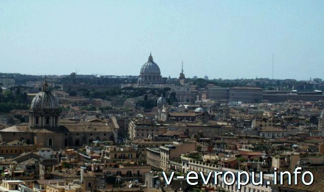 Панорама Рима с обзорной площадки Витториано. Купол Собора Святого Петра и купол церкви Святого Андрея Первозванного