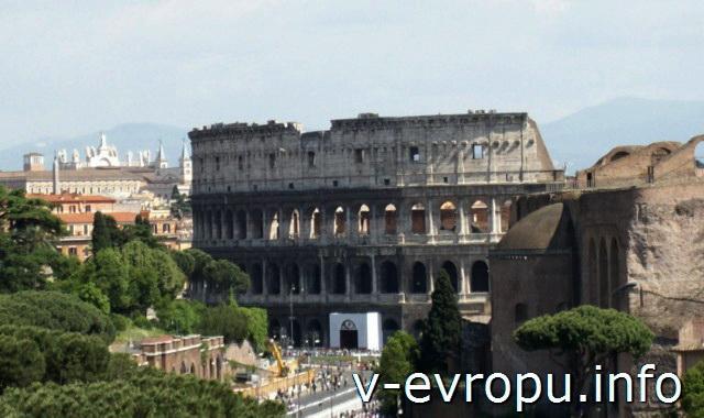 Рим. Вид на Колизей со смотровой площадки музейного комплекса Витториано на пьяцца Венеция