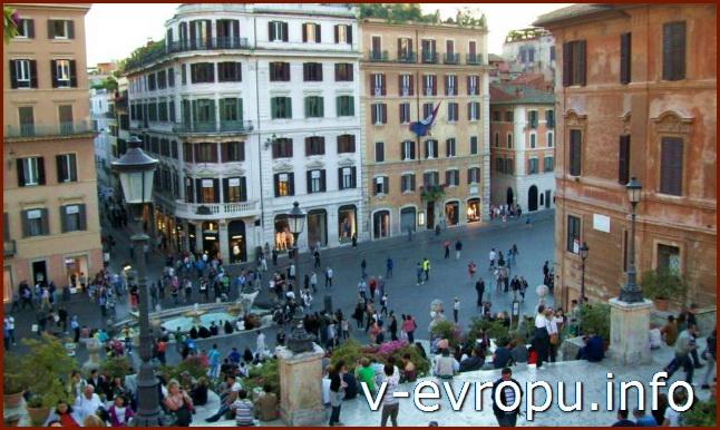 Фонтан Баркачча в центре площади Испании в Риме