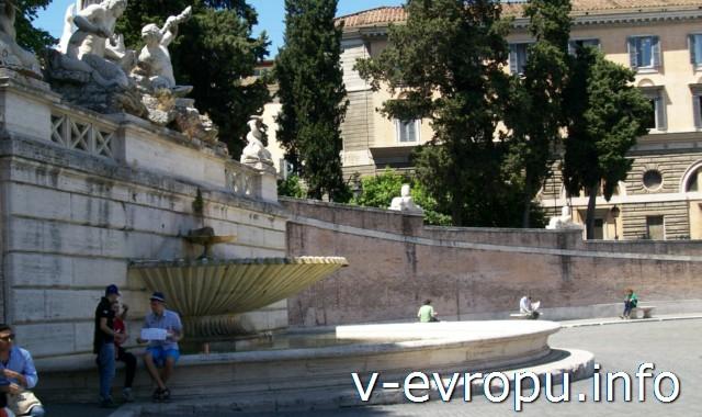 Фонтан Нептуна на площади дель Пополо в Риме
