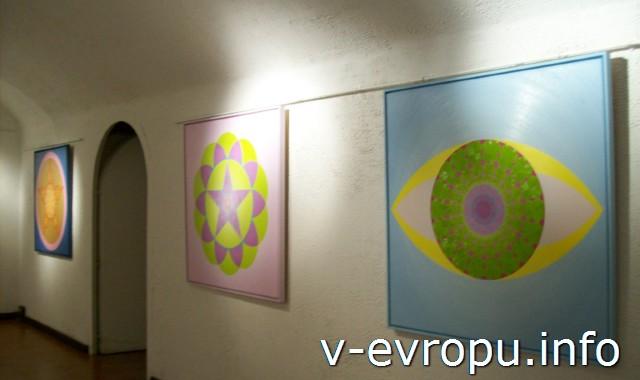 В подвальном помещении Церкви Санта Мария дель Пополо работает галерея современного искусства. Рим.