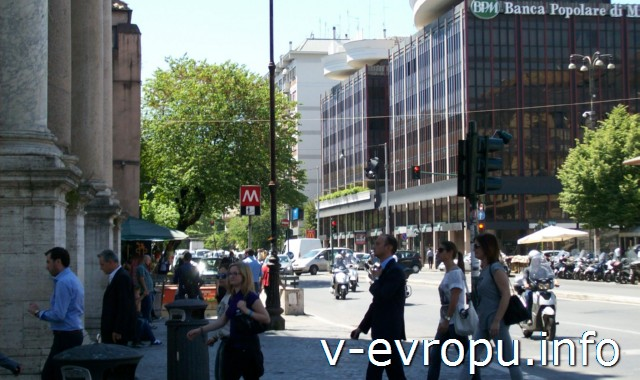 """Вход в метро """"пьяцца дель Пополо"""" со стороны площади Фламиния."""